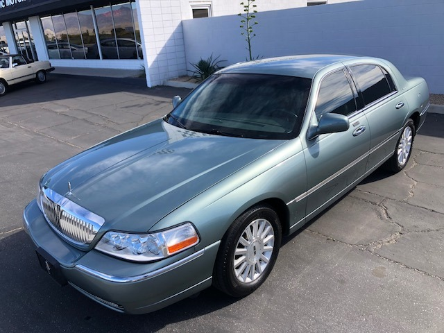 Used-2004-Lincoln-Town-Car-Signature